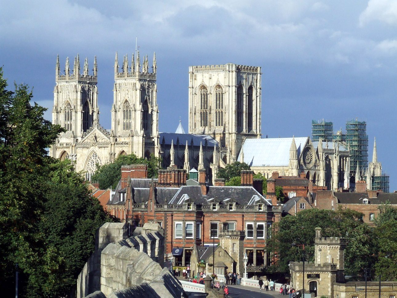 york_minster_city_walls_view